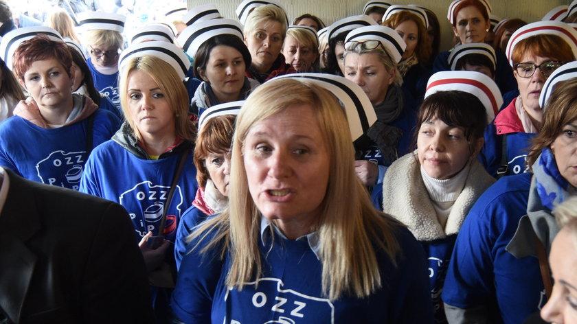 Przepychanki przed Sejmem. Pielęgniarki zatrzymane przez straż