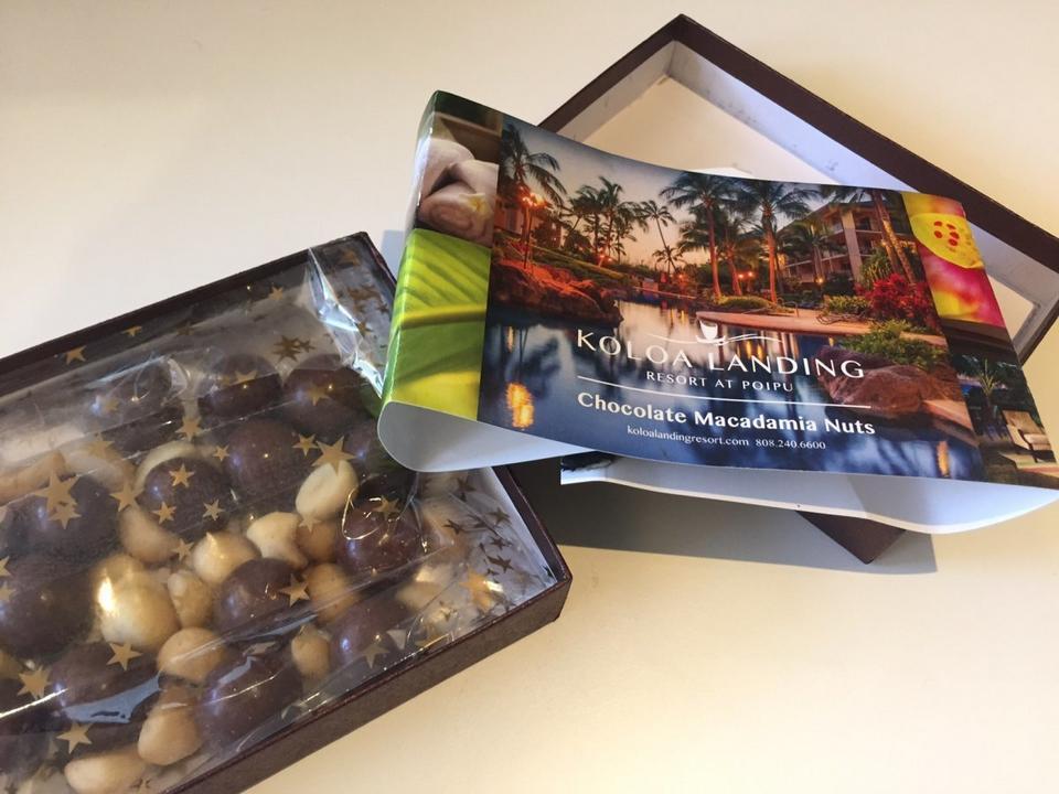 To zaproszenie na wakacje w kurorcie Koloa na Hawajach. Towaryszą mu czekoladki i orzechy macadamia, tamtejsze specjały.