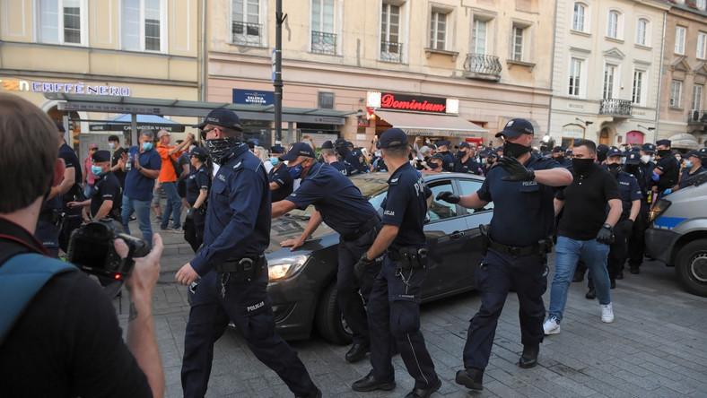 Policjanci podczas protestu aktywistów LGBT