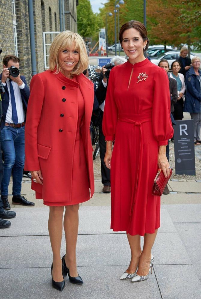 Dve dame u crvenom