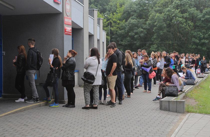 Gigantyczna kolejna studentów Uniwersytetu Łódzkiego