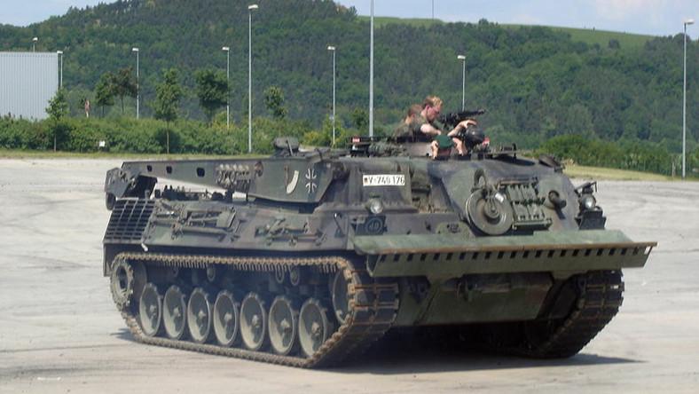 Wozy Bergepanzer 2 są w stanie holować uszkodzony czołg lub wyciągnąć go z grząskiego terenu