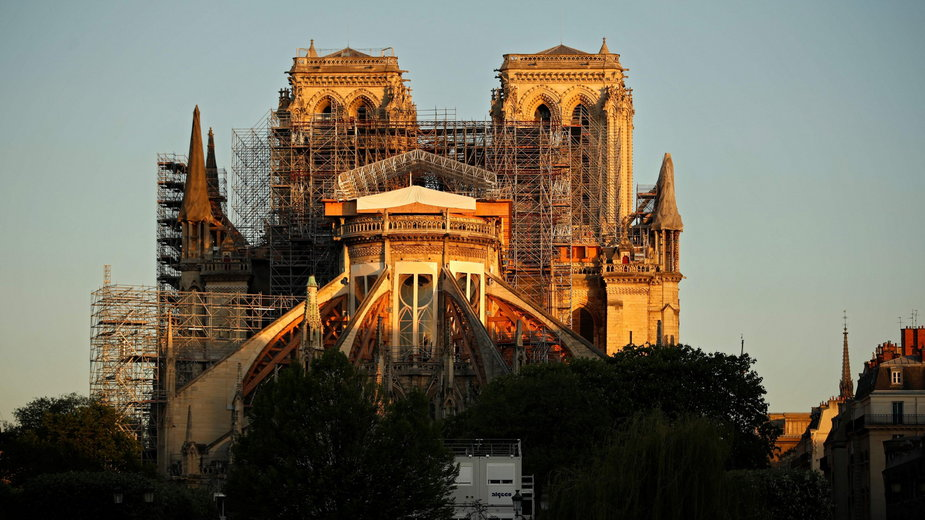 Widok na rekonstruowaną katedrę Notre Dame, 14 kwietnia 2020 r.