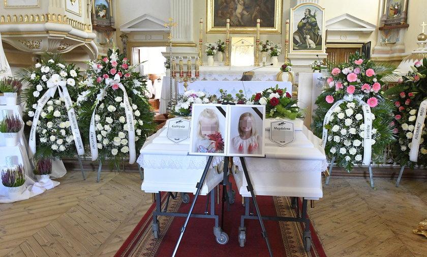 Dwie białe trumny utonęły w morzu kwiatów. Magdalena i Gabrysia ruszyły w ostatnią drogę