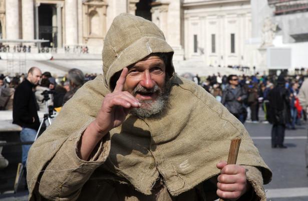 Ubogi pielgrzym w Watykanie.