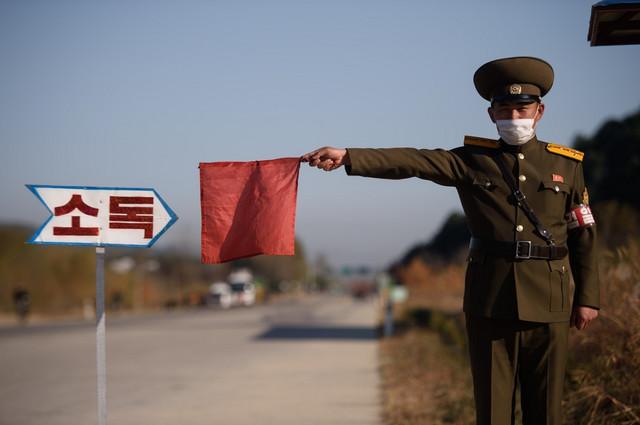 Severnokorejska policija zaustavlja vozila na putu za Vonsan