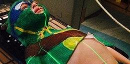 5-latek walczy z rakiem w masce żółwia Ninja