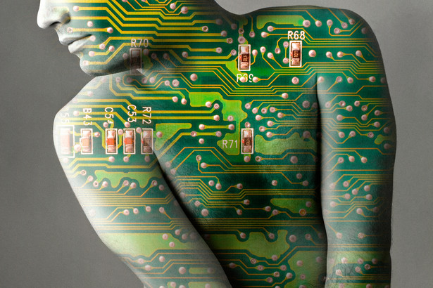 Superczłowiek, technologia, chip, inteligentne implanty, sztuczna inteligencja