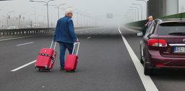 Piesi z walizkami na trasie szybkiego ruchu. O co chodzi?