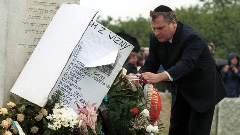 """Niedługo później, podczas ceremonii w 60. rocznicę tragedii, 10 lipca 2001 roku, prezydent RP Aleksander Kwaśniewski wypowiedział znamienne słowa: """"Z powodu tej zbrodni winniśmy błagać o przebaczenie cienie zmarłych i ich rodziny, każdego skrzywdzonego. Dzisiaj jako człowiek, jako obywatel i jako prezydent Rzeczypospolitej Polskiej, przepraszam. Przepraszam w imieniu swoim i tych Polaków, których sumienie jest poruszone tamtą zbrodnią. W imieniu tych, którzy uważają, że nie można być dumnym z wielkości polskiej historii, nie odczuwając jednocześnie bólu i wstydu z powodu zła, które Polacy wyrządzili innym""""."""