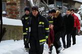NIS02 vatrogasci iznose staricu na nosilima do saniteta