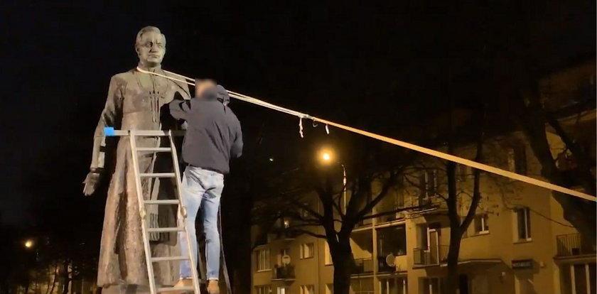 Aktywiści w proteście obalili pomnik prałata Jankowskiego. Staną przed sądem