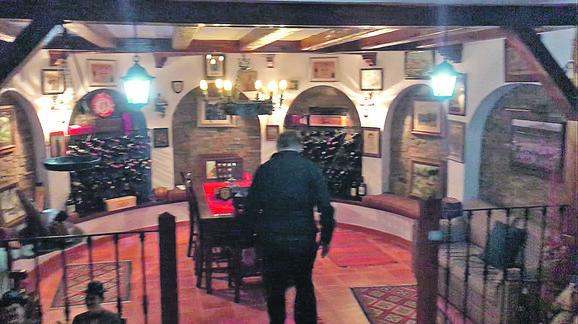 Radomir Antić u svom vinskom podrumu