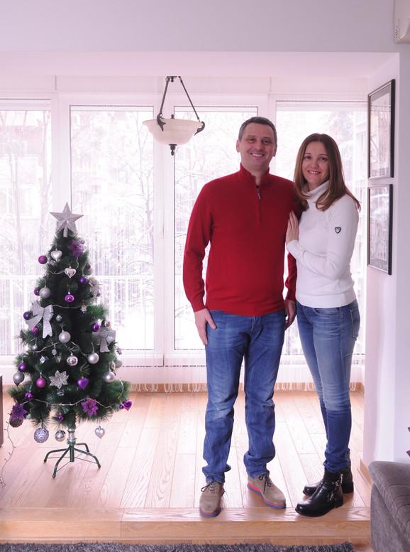 Dejan Radonjić i supruga Milica u novogodišnjem ambijentu porodičnog doma