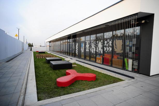 We wrześniu 2013 otwarto najnowocześniejszą szkołę w Polsce – ZSP w Mysiadle, zwaną też Centrum Edukacji i Sportu. 15-klasowa placówka, której projekt został wyłoniony w międzynarodowym konkursie architektonicznym, jest prawdziwą perełką na tle polskich szkół. Jeśli myślisz, że przesadziliśmy, porównując tę szkołę do siedziby Google'a, sprawdź sam(a), jak wyglądają biura firmy na całym świecie