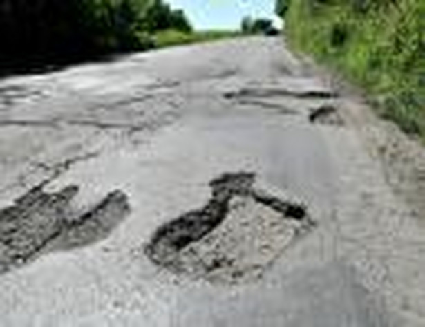 Firma zajmująca się utrzymaniem drogi ma zaledwie cztery godziny od zgłoszenia problemu na naprawę dziury w jezdni.
