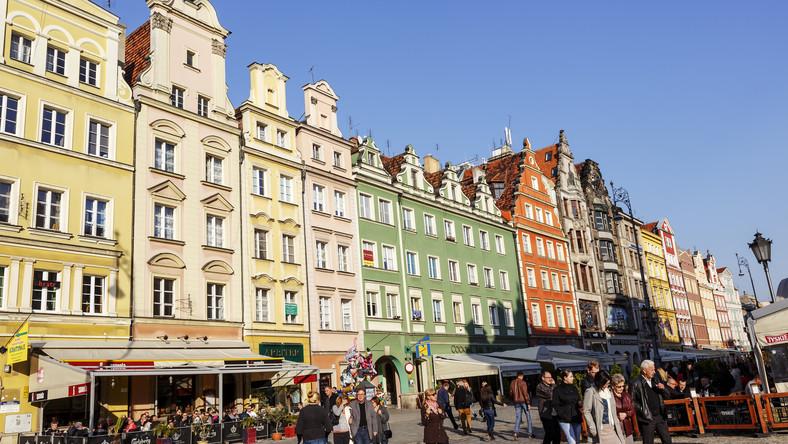 Nie ma zgody - i nie może być - co do tego, które miasto ma najpiękniejszy rynek w całej Europie. Ale w jaki ranking by nie spojrzeć, Wrocław zawsze znajduje się wysoko. W XIII wieku, kiedy powstał, był jednym z największych rynków na Starym Kontynencie. To tu przeniosły się władze miejskie, Ostrów Tumski (o którym dalej) władzom kościelnym. Wytyczono więc Rynek, a na nim zaprojektowano Ratusz. W centrum Rynku usadowiły się kramy handlarzy, które w miarę upływu czasu zamieniły się w murowane budynki. Dziś mieszczą się tam sklepiki i restauracje. Spacer między nimi, maleńkimi uliczkami, to wrażenie niesamowite. Poza tym na Rynku znajduje się również pręgierz - pochodząca z końca XV wieku pamiątka po otoczonym rowem placu, na którym osądzano złoczyńców, a także pomnik Aleksandra Fredry.A wychodząc od południowo-zachodniego narożnika Rynku, wchodzimy na Plac Solny, jedno z najbardziej kupieckich miejsc Wrocławia. Na założonym w połowie XIII wieku planu handlowano - jak wskazuje jego nazwa - solą, a dziś niemal o każdej porze kupić tu można świeże kwiaty.Wyświetl większą mapę