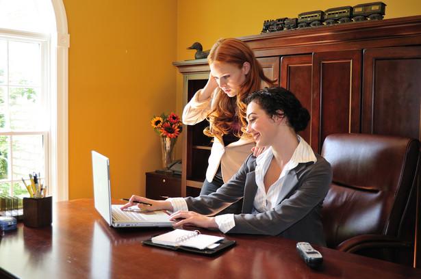 W poszukiwaniu ciekawych ofert studenci mogą skorzystać z pomocy uczelni lub zorganizować staż na własną rękę.
