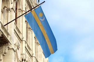 Flaga mniejszości na biurze europosła. ETPC: Mowa symboliczna podlega ochronie