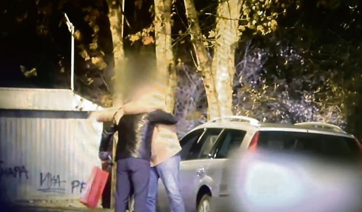 Srbin predaje rusu crvenu kesu sa nepoznatim sadržajem