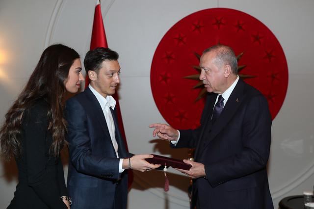 Mesut Ozil sa budućom suprugom i predsednikom Turske, Redžipom Tajipom Erdoganom