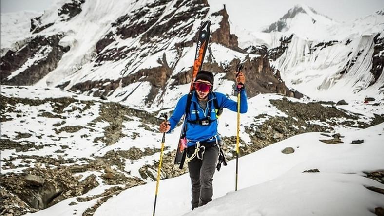 Bargiel z rekordem Śnieżnej Pantery - pięć siedmiotysięczników w 30 dni Jak wyjaśnił przed wyprawą trzykrotny mistrz Polski w skialpiniźmie, zegar włączany jest z chwilą wejścia na wierzchołek pierwszej góry, a zatrzymywany w momencie, gdy stanie się na szczycie piątej. 28-letni Bargiel zamierzał skompletować Śnieżną Panterę właśnie w ciągu 30 dni. Są to szczyty leżące w paśmie Tienszan (Kirgistan-Kazachstan-Chiny) i Pamiru (Tadżykistan-Kirgistan).