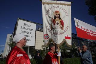 Warszawa: Demonstracje przed Teatrem Powszechnym w związku ze spektaklem 'Klątwa'