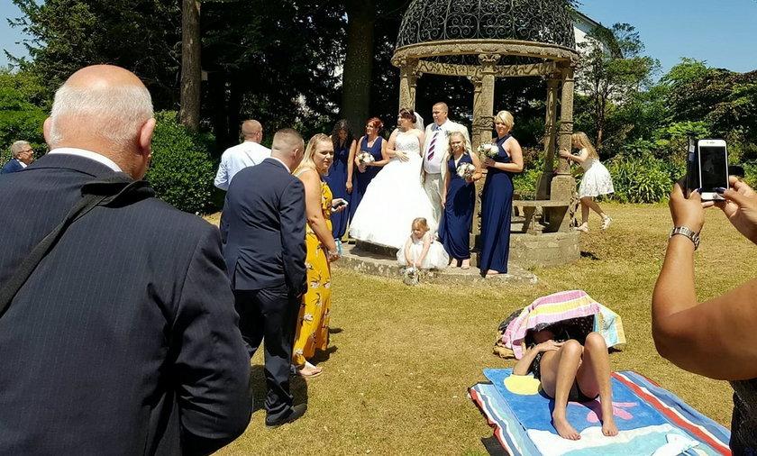 To zdjęcie ślubne stało się hitem internetu. To nie młodzi byli na pierwszym planie