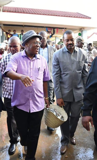 Magufuli drops all presidential privileges and goes shopping in a wicker basket.