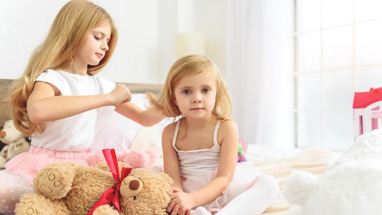 Czy zostawiać młodsze dzieci pod opieką starszych?