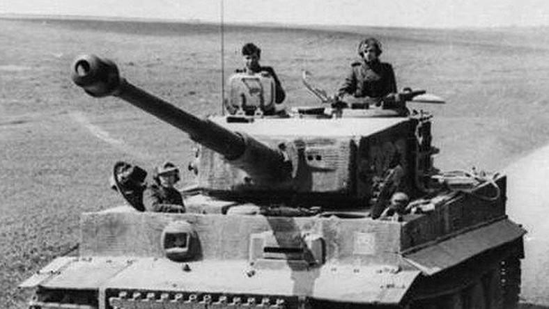 """Tygrysy, czyli """"Sonderkraftfahrzeug 181 Panzerkampfwagen VI Ausführung H, Tiger"""", produkowane były w latach 1942-1944. Maszyny mogły rozpędzać się do 45,4 km/h, jednak tylko na poligonach. Ze względu na awaryjność, maksymalna prędkość czołgu została ograniczona, a gwałtowne manewry zakazane."""