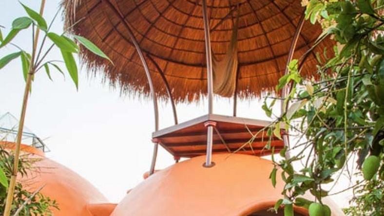 Kiedy Steve Areen - bo o nim mowa - postanowił osiąść w Tajlandii, to z pomocą przyszedł mu dawny przyjaciel Hajjal Gibran, właściciel plantacji mango. Wydzielił parcelę, na której Steve mógł postawić zaprojektowany przez siebie dom.