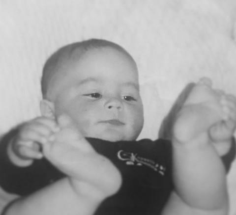 Ovako je popularni pevač izgledao kao beba: Danas niko ne može da ostane ravnodušan na njegov glas i pojavu! FOTO