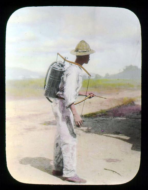 Muškarac prska komarce u Panamskom kanalu