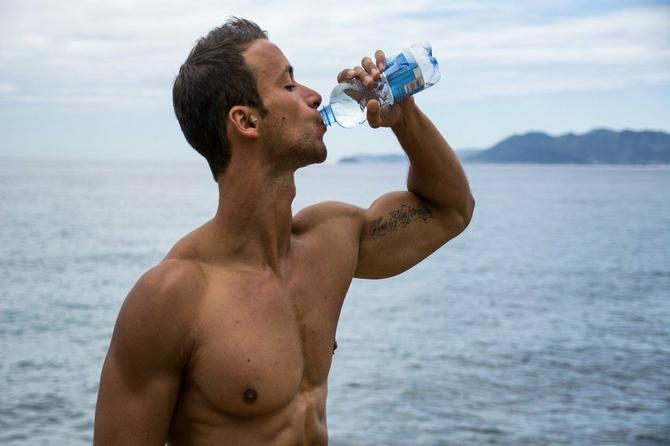 Ceo život se trudite da pijete 2 litra vode dnevno, i tu pravite VELIKU GREŠKU. Samo NA OVAJ NAČIN ćete proveriti koja količina vam je potrebna!