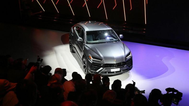 Lamborghini Urus to chyba najgorętsza premiera mijającego roku. Inżynierowie włoskiej marki należącej do koncernu Volkswagen pod ostrą karoserią zastosowali długi rozstaw osi z Bentleya Bentayga, napęd 4x4 z Audi Q7 i własnej roboty V8. Przewidziano też napęd hybrydowy zapożyczony z Porsche Cayenne…
