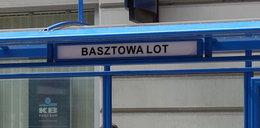 Ozdobne tablice z przystanków w Krakowie do kosza. Nieczytelne