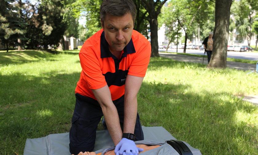 Przede wszystkim wzywamy fachową pomoc, ale warto wiedzieć, jak samemu udzielić pierwszej pomocy - mówi Ireneusz Urbanke, kierownik pogotowia Medicover