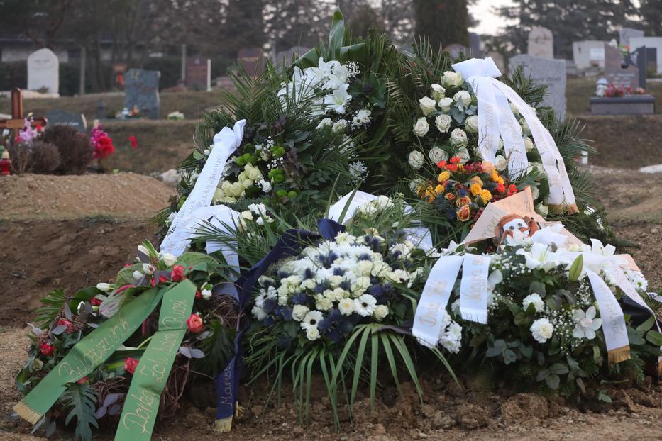Gesztesi Károly sírjára – egy népszerű szinkronszerepére utalva – a Verdákból ismert plüss Matuka-figura (jobbra) is rákerült, a fejfára pedig felerősítették a színművész ikonikus napszemüvegét (balra)/ Fotó: Varga Imre