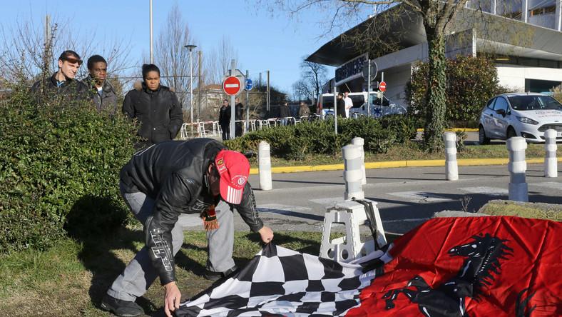 Fan Michaela Schumachera przed szpitalem w Grenoble