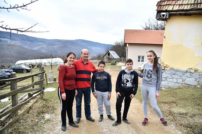 Avramovići, složna familija: Milojka, Boško, Luka, Nemanja i Tamara u svom dvorištu