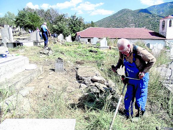 Do većine srpskih grobalja danas se dolazi samo terenskim vozilima ili pešice
