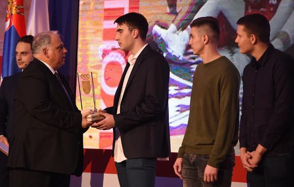 Marko Pecarski je primio priznanje u ime juniorske košarkaške reprezentacije