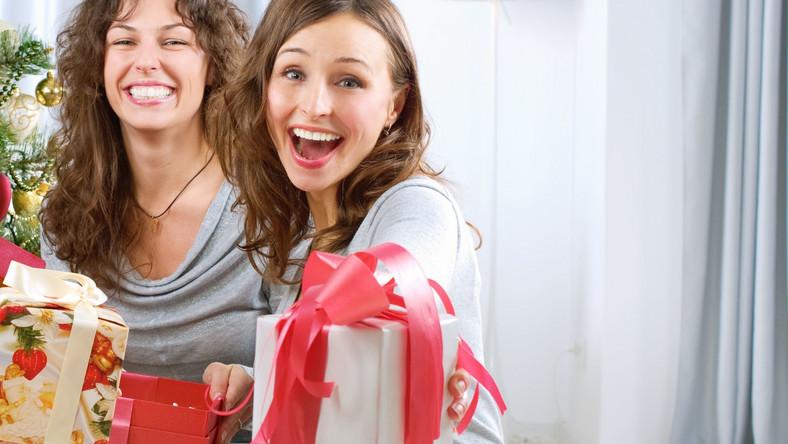 Zamiast kupować przypadkowe rzeczy, lepiej wybrać się do apteki lub sklepu z akcesoriami sportowymi i tam poszukać produktów oraz akcesoriów, które służą zdrowiu. Znajdziesz tam idealne prezenty dla całej rodziny
