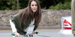 Księżna Kate sama pcha wózek. FOTY