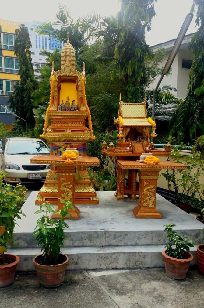 Skoro svi objekti imaju male hramove posvećene Šivi ili kralju