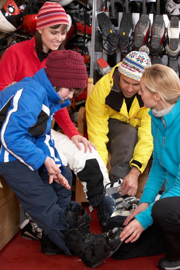 Narty, snowboard, kombinezony i sanki – wszystko to można dziś kupić z nawet 70-procentowymi upustami