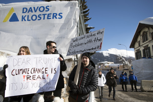 Protest w Davos