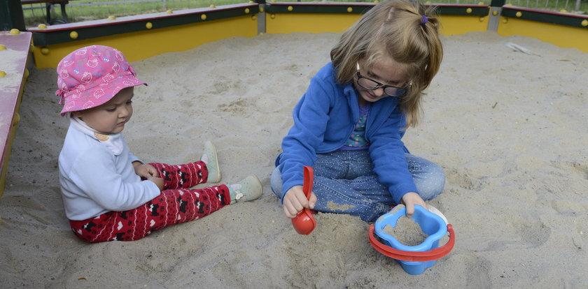 Dzieci bawią się w brudnych piaskownicach