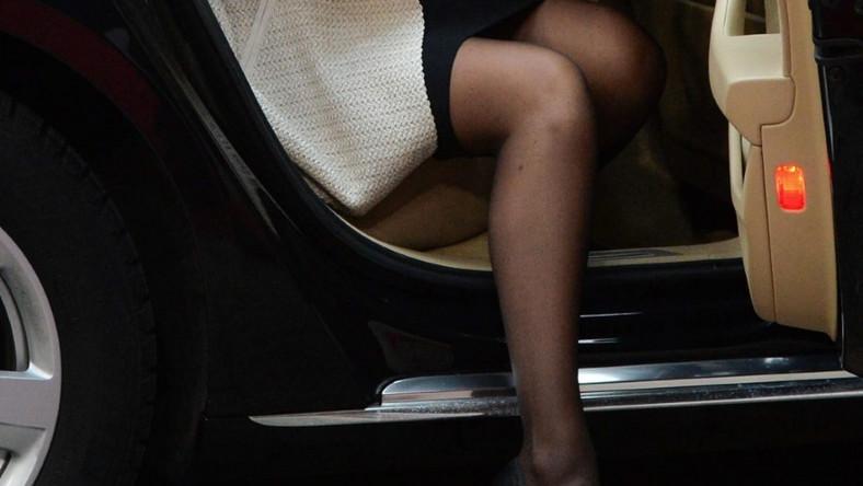 ... Dużym zainteresowaniem fotoreporterów cieszył się moment, w którym piękna pani premier z gracją wysiadała z auta i pokazywała zgrabną nogę...